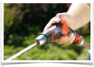 Brug en haveslange eller en spand med varmt vand